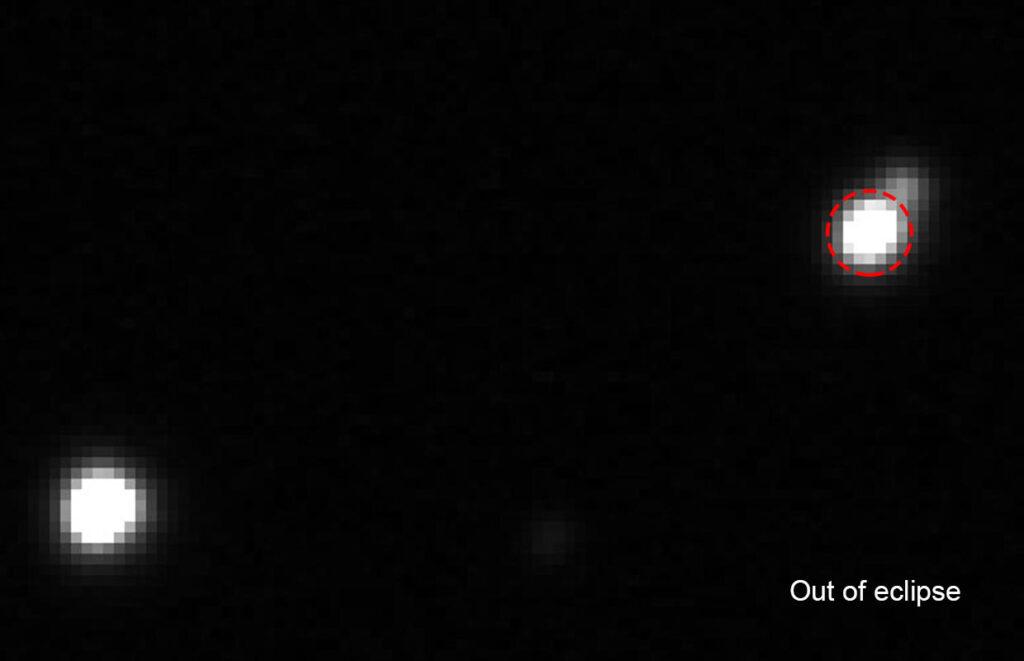 Myrkvastjarnan V 801 And (í rauðum hring) í birtuhámarki og -lágmarki (myrkva). Birtustig 11,95-12,45 og birtubreyting 0,5 bst. - The eclipsing binary V 801 And (in red circle) during maxima and minima. Apparent magnitude 11.95-12.45 and the flux dip is 0.5 mag.